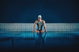 Giulia Ghiretti protagonista di Cosa c'è sotto: nuotare per bene